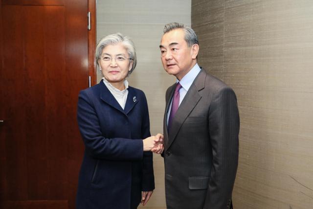 강경화 외교부장관이 지난 2월 독일 뮌헨에서 왕이 중국 외교담당 국무위원 겸 외교부장을 만나 회담에 앞서 악수하고 있다. 외교부제공