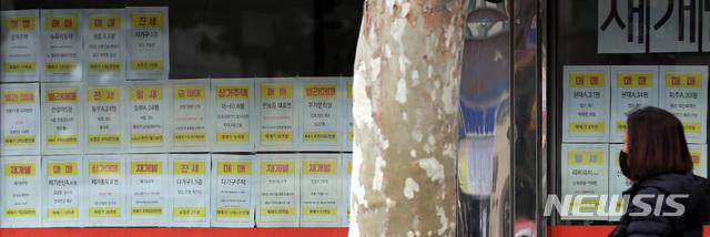 [서울=뉴시스] 이영환 기자 = 22일 오후 서울 동대문구의 한 공인중개업소에 매물 정보가 표시되어 있다. 2020.11.22. 20hwan@newsis.com