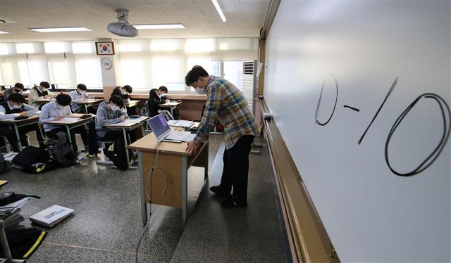 10일 남은 수능 - 2021학년도 대학수학능력시험을 10일 앞둔 23일 오후 대전 중구 동산고등학교 3학년 교실에서 고3 수험생들이 막바지 수능 준비를 하고 있다. 2020.11.23 뉴스1