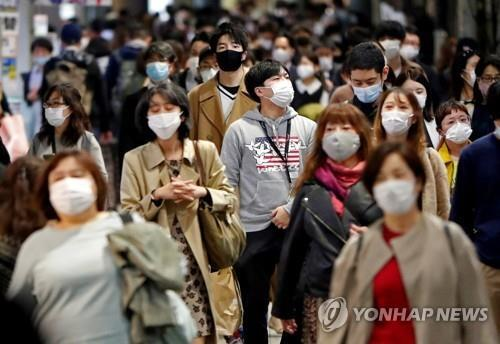 도쿄의 행인들 [로이터=연합뉴스 자료사진]