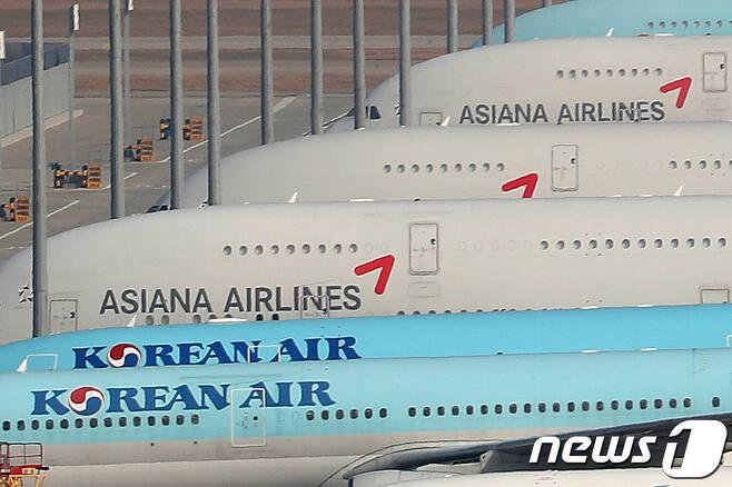 대한항공과 아시아나의 빅딜은 성사될까. 사진은 지난 16일 인천국제공항 주기장의 모습. (뉴스1 DB) 2020.11.16/뉴스1 © News1 민경석 기자