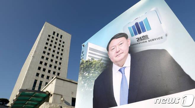 서초구 대검찰청 앞에 윤석열 검찰총장 얼굴이 그려진 배너가 세워져 있다. 2020.11.25/뉴스1 © News1 민경석 기자