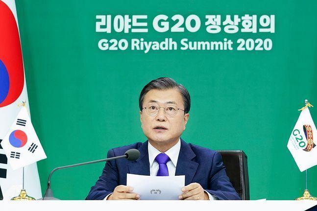 문재인 대통령이 22일 청와대에서 2020년 G20 화상 정상회의(2일차)에 참석해 제2세션의 주제인 '포용적·지속가능·복원력 있는 미래'와 관련 의제 발언을 하고 있다. ⓒ청와대