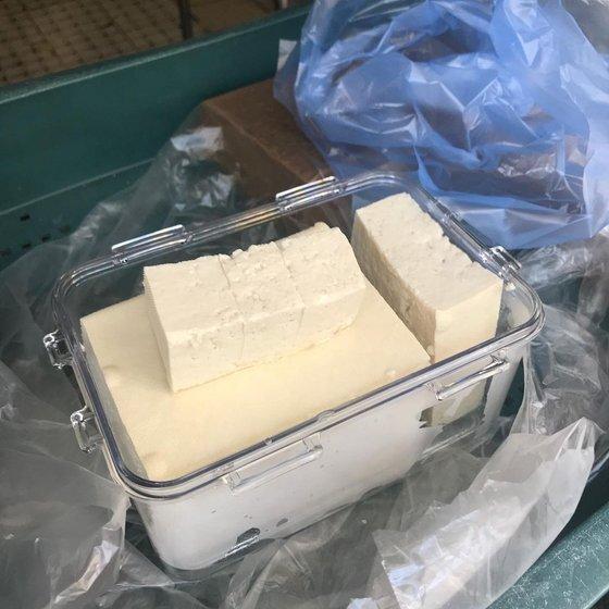 '명문식품'에서 두부를 용기에 담아 사가는 모습. 사진 유어보틀위크