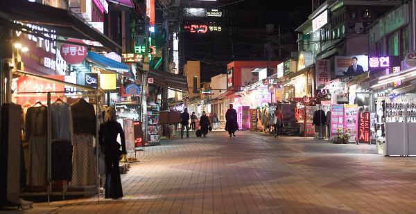 수도권의 사회적 거리두기가 2단계로 격상된 24일 오후 9시쯤 서울 홍대 인근 거리가 한산한 모습을 보이고 있다. 음식점 등의 정상 영업이 오후 9시까지로 제한돼 음식점과 주점 등의 간판 조명이 꺼지면서 마치 새벽 시간대 같은 모습이다. 권현구 기자