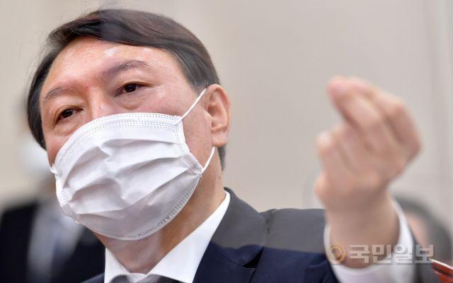 윤석열 검찰총장이 지난달 22일 대검찰청 국정감사에서 발언하는 모습. 최종학 선임기자