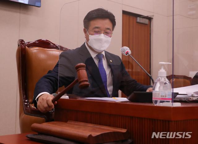 [서울=뉴시스]김진아 기자 = 윤호중 국회 법사위원장. (공동취재사진) 2020.10.23. photo@newsis.com