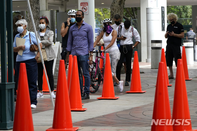 [마이애미=AP/뉴시스] 지난 18일(현지시간) 신종 코로나바이러스 감염증(코로나19)이 확산하는 가운데 미국 플로리다주 마이애미에서 사람들이 진단 검사를 받으려고 줄을 선 모습. 2020.11.25