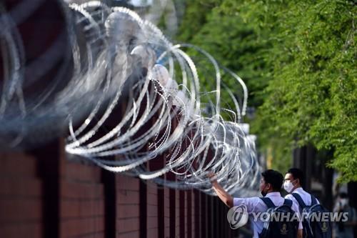반정부 시위를 앞두고 태국 왕실자산국 건물 벽에 철조망이 설치돼있다. 2020.11.24 [로이터=연합뉴스]