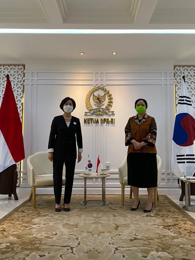 김상희(왼쪽) 국회 부의장이 25일 인도네시아 국회에서 푸안 마하라니 의장을 만났다. 인도네시아 주재 한국 대사관 제공