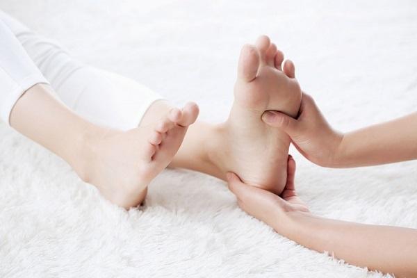 척추관이 좁아지는 척추관협착증이 발생하면 다리로 내려가는 신경이 압박받으면서 발끝이 시리고 저리는 증상이 발생할 수 있다./사진=게티이미지뱅크