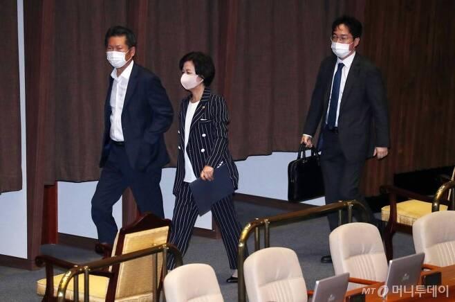 추미애 법무부 장관, 정청래 더불어민주당 의원이 지난 7월 30일 오후 서울 여의도 국회에서 열린 본회의를 마친 뒤 회의장을 나서고 있다. / 사진=김휘선 기자 hwijpg@