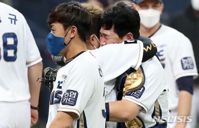 [서울=뉴시스] 이영환 기자 = 24일 오후 서울 구로구 고척스카이돔에서 열린 KBO 한국시리즈 6차전 NC 다이노스와 두산 베어스의 경기, 4대 2로 승리해 한국시리즈 우승을 차지한 NC 선수들이 기뻐하고 있다. 2020.11.24. 20hwan@newsis.com