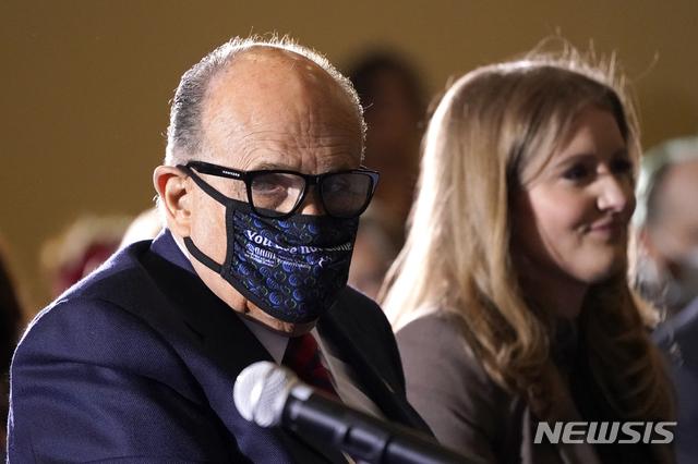 [게티즈버그=AP/뉴시스] 25일(현지시간) 미국 펜실베이니아주의 선거 사기 관련 상원 공화당 청문회에서 도널드 트럼프 대통령의 측근 루디 줄리아니 전 뉴욕시장이 신종 코로나바이러스 감염증(코로나19)을 막기 위해 마스크를 착용한 모습. 2020.11.26.