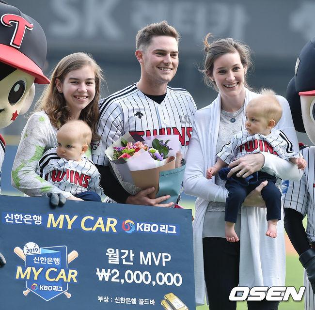 올해 신설된 '신한 MY CAR 월간 투수상' 첫 주인공 LG 윌슨이 가족들과 포토타임을 갖고 있다  /OSEN DB.