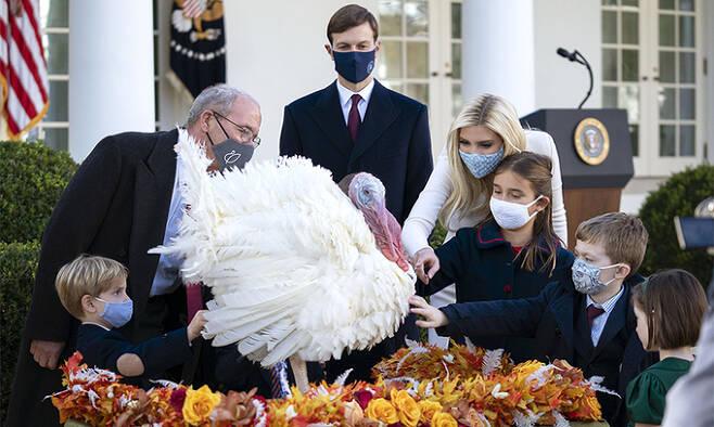 지난 24일(현지시간) 백악관 로즈 가든에서 열린 행사에 도널드 트럼프 미국 대통령의 딸인 이방카 트럼프와 남편 자러드 쿠슈너가 아이들과 함께 참석하고 있는 모습. UPI연합뉴스