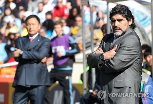 2010년 남아공 월드컵 맞대결 당시 허 이사장과 마라도나 [연합뉴스 자료사진]