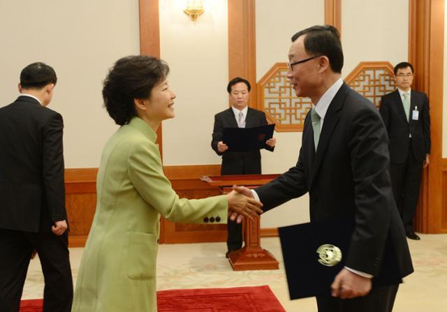 박근혜 대통령이 2013년 4월 17일 청와대 접견실에서 열린 신임 장관 임명장 수여식서 채동욱 검찰총장과 악수하고 있다. 고영권 기자