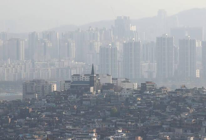 수도권 분양가상한제 대상 주택의 거주의무기간이 민간택지는 2~3년, 공공택지는 3~5년으로 정해졌다. 사진은 서울 도심 전경. [연합]