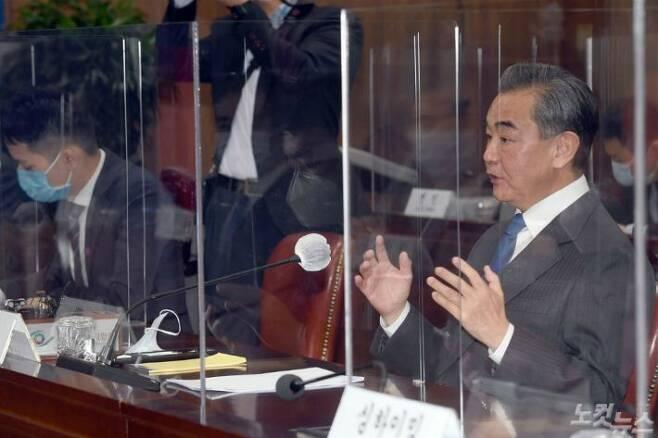 26일 오전 서울 세종로 외교부를 방문한 왕이 중국외교부장이 강경화 외교부장관과 회담전 인사말을 하고 있다. (사진공동취재단)