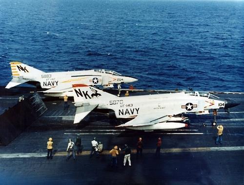 베트남전 당시 항공모함에서 출격을 준비하는 미 해군의 F-4 팬텀 전폭기 [위키미디어. 재판매 및 DB 금지]