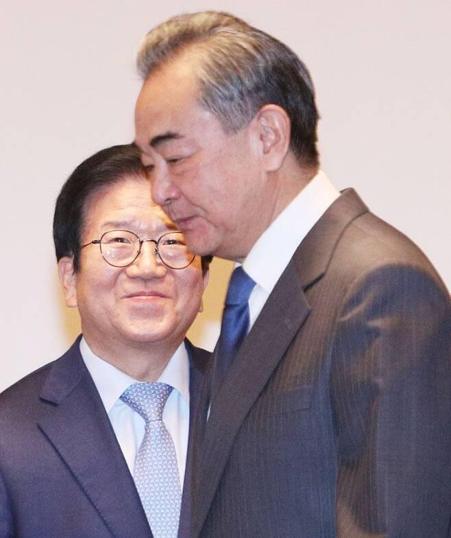 박병석(왼쪽) 국회의장이 27일 서울 여의도 국회를 찾은 왕이 중국 외교부장을 맞이하고 있다. /이덕훈 기자