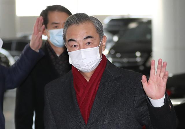 사흘간의 방한 일정을 마친 왕이(王毅) 중국 외교부장 겸 국무위원이 27일 오후 인천국제공항 2터미널을 통해 출국하고 있다.뉴스1