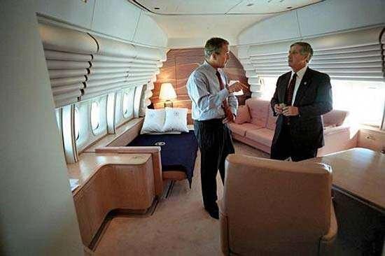 2001년 9월 11일 조지 W. 부시 전 대통령이 에어포스원 안에서 참모와 테러 대응 방안을 놓고 회의 중인 모습. [백악관 자료 사진]
