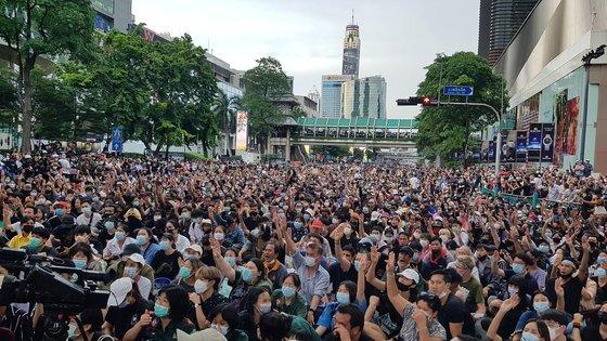 방콕 최중심 상업지구인 랏차쁘라송 네거리의 도로를 점거한 태국 민주화 시위대. 연합뉴스