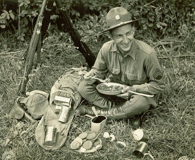 제2차 세계대전에 참가했던 미군 장병이 전투식량인 C-Ration으로 식사를 하고 있다. 세계일보 자료사진