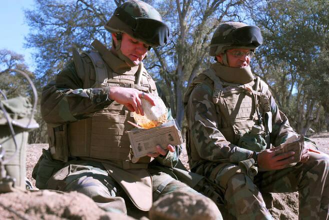 미 해군 공병들이 전투식량으로 식사를 하고 있다. 미 해군 제공