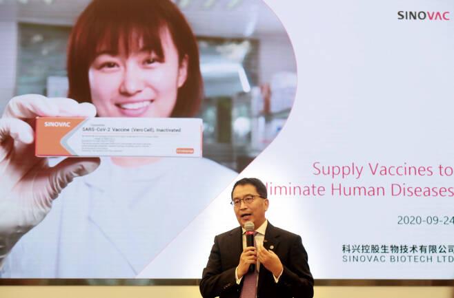 9월24일 베이징 시노백 본사에서 열린 '코로나19 백신 개발 현황 발표회'에서 인웨이둥 시노백 대표가 외신 기자들에게 현황을 발표하고 있다. ⓒ연합뉴스