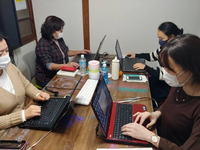 일본에서 거의 유일하게 디지털성범죄 피해자들을 지원하는 PAPS활동가들. PAPS 제공