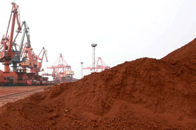 중국 장쑤성 롄윈강의 한 항구에서 근로자들이 일본 수출용 희토류 원소가 든 흙을 옮기고 있다 (사진=AFP)
