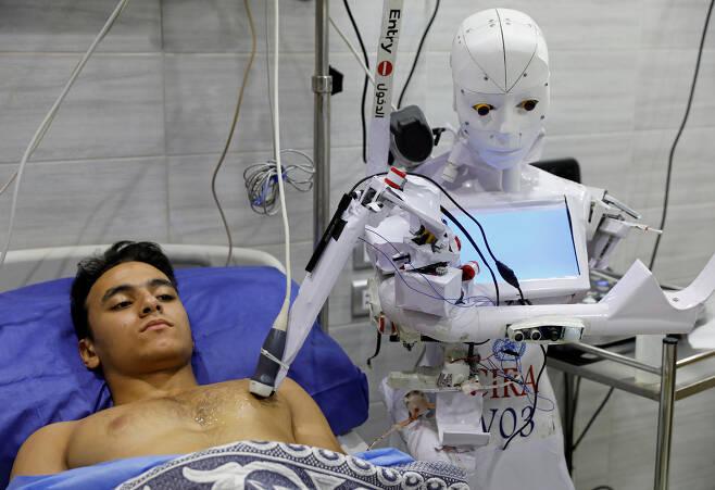 지난 18일(현지시간) 이집트 북부 탄타의 한 병원에서 간호사 로봇 시라-03이 초음파 검사를 하고 있는 모습.(사진=로이터 연합뉴스)