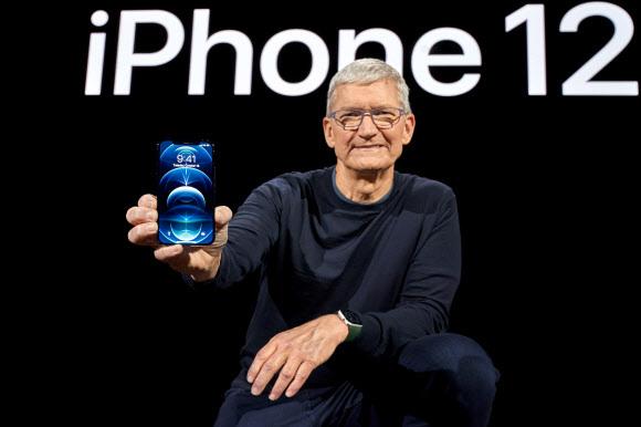 - 팀 쿡 애플 최고경영자(CEO)가 13일(현지시간) 미국 캘리포니아 쿠퍼티노 애플파크에서 온라인으로 진행된 신제품 공개 행사를 통해 '아이폰12' 시리즈를 대중에게 처음 공개하고 있다.쿠퍼티노 로이터 연합뉴스
