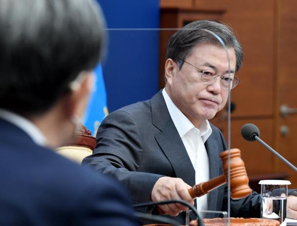 문재인 대통령이 1일 오전 청와대 여민관에서 열린 영상 국무회의에서 회의시작을 알리는 의사봉을 두드리고 있다. 2020. 12. 1 도준석 기자pado@seoul.co.kr