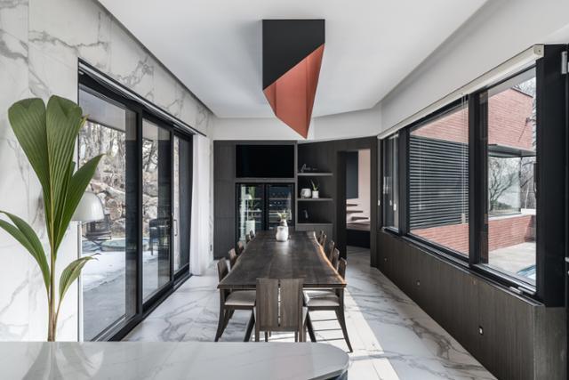 공간을 자연스럽게 연결해주는 식당에는 긴 테이블이 있고 그 위에 천창을 통해 빛이 떨어진다. 송유섭 건축사진작가