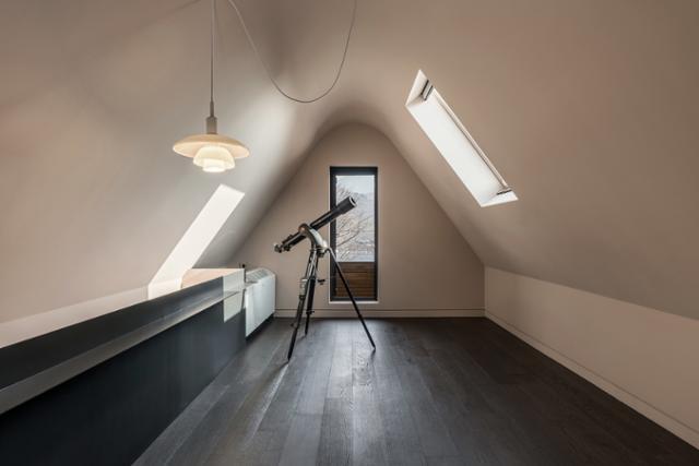 손님 공간 2층의 다락에서는 천창과 망원경을 통해 밤하늘을 감상할 수 있다. 송유섭 건축사진작가