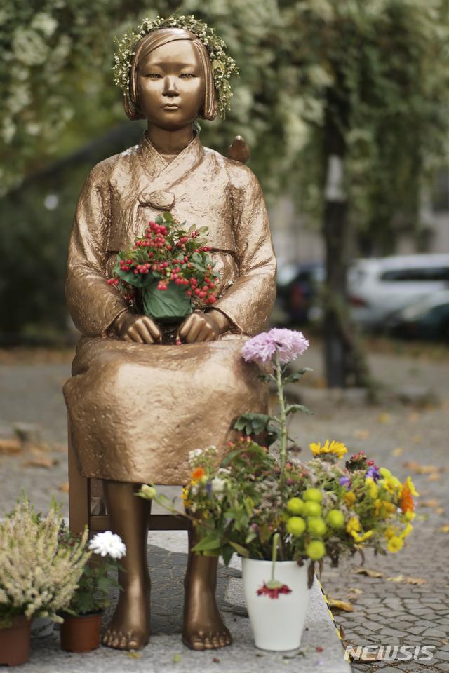 [베를린=AP/뉴시스]지난 9일(현지시간) 독일 베를린 미테구에 설치된 일본군 위안부를 상징하는 '평화의 소녀상'에 꽃 장식이 놓여져 있다. 2020.10.29.
