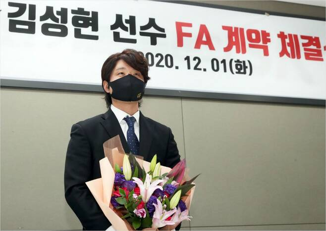 1일 SK와 FA 계약을 마친 김성현이 기념 촬영을 한 모습.(사진=SK)