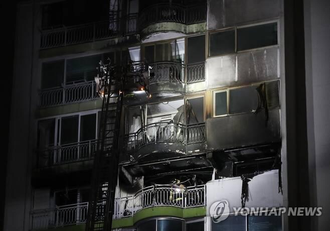 검게 탄 아파트 (군포=연합뉴스) 홍기원 기자 = 1일 오후 경기도 군포시 산본동의 한 아파트에서 불이 나 4명이 숨지고 7명이 다쳤다.       사진은 화재 현장 모습. 2020.12.1 xanadu@yna.co.kr