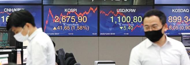 코스피 연일 사상 최고 코스피가 이틀 연속 사상 최고치를 경신한 2일 오후 서울 중구 하나은행 딜링룸에서 직원들이 업무를 보고 있다. 이날 코스피는 전날보다 41.65포인트(1.57%) 오른 2675.90에 거래를 마치며 전날 세운 사상 최고 기록(2634.25)을 하루 만에 경신했다. /오종찬 기자