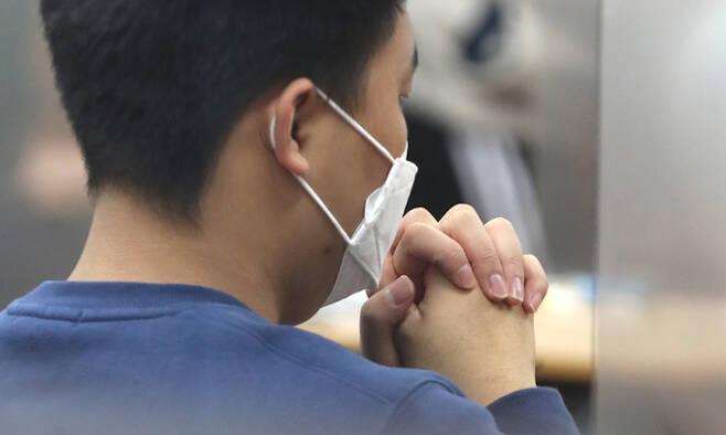 2021학년도 대학수학능력시험일인 3일 한 수험생이 제주제일고에 마련된 시험장에 입실해 손을 모아 기도하고 있다. 연합뉴스