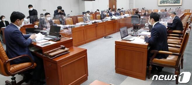 김영진 국회 운영위소위원장이 25일 국회에서 열린 소위원회를 주재하고있다. 2020.11.25/뉴스1 © News1 박세연 기자