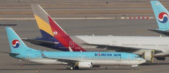 지난 1일 오후 인천국제공항 주기장에 대한항공과 아시아나항공 여객기가 이륙준비를 하고 있다. 뉴스1