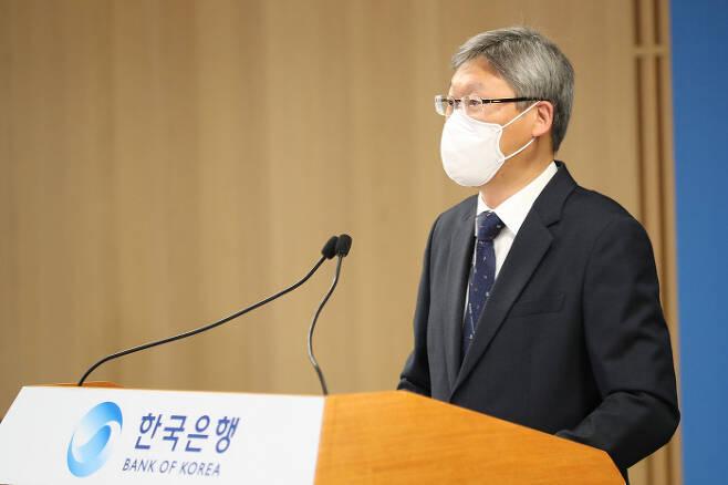 이성호 한국은행 경제통계국 금융통계부장이 4일 오전 서울 중구 한국은행에서 2020년 10월 국제수지(잠정)의 주요 특징을 설명하고 있다. 한국은행 제공