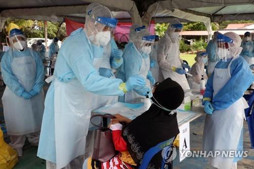 코로나19 검사하는 말레이시아 의료진 [로이터=연합뉴스]