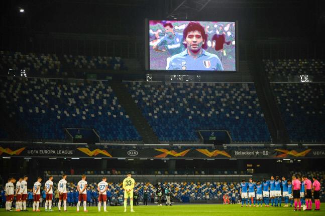 지난 11월26일 스타디오 산 파올로에서 열린 2020~2021 유로파리그 경기에 앞서 나폴리와 리제카 선수들이 전날 세상을 떠난 디에고 마라도나를 기리며 1분 동안 묵념의 시간을 가지고 있다. 나폴리/AFP 연합뉴스