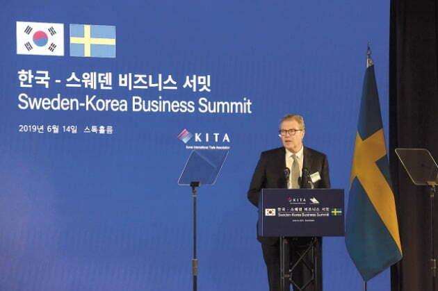 지난해 6월14일 스톡홀름에서 열린 한국-스웨덴 비즈니스 서밋에서 레이프 요한손 아스트라제네카 회장이 7500억원 규모의 연구개발 투자를 발표하는 모습. [사진=연합뉴스]